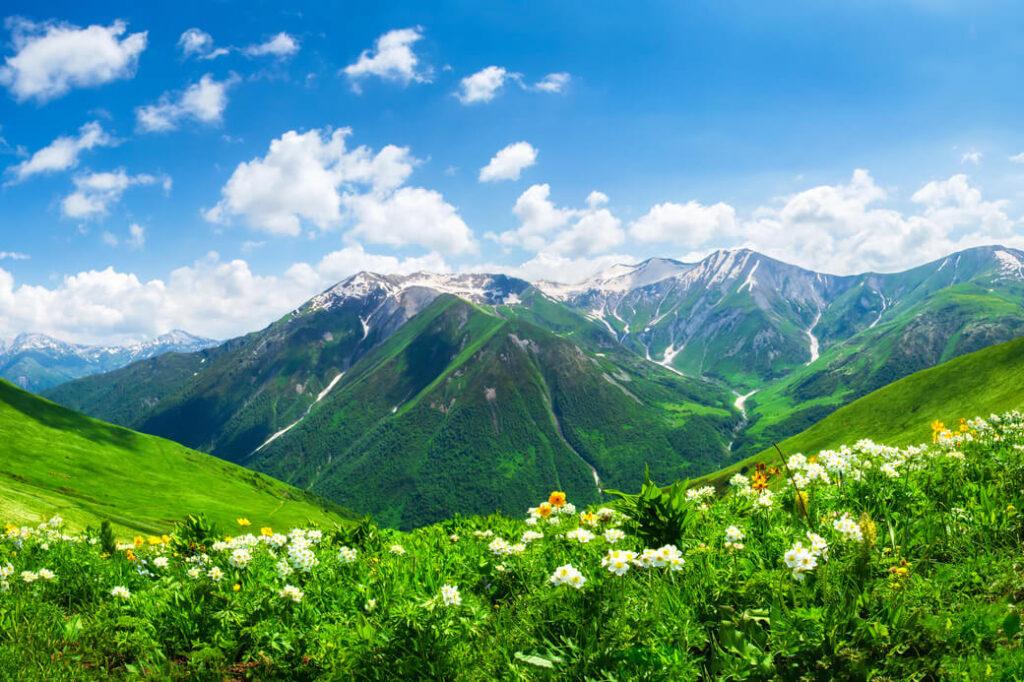 Swanetia-Gruzja-wiosna-zielone-gory