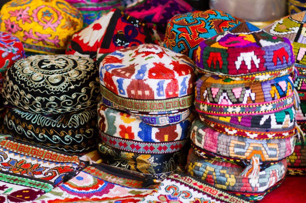 Tubetejka-tradycyjna-czapka-Uzbekistan